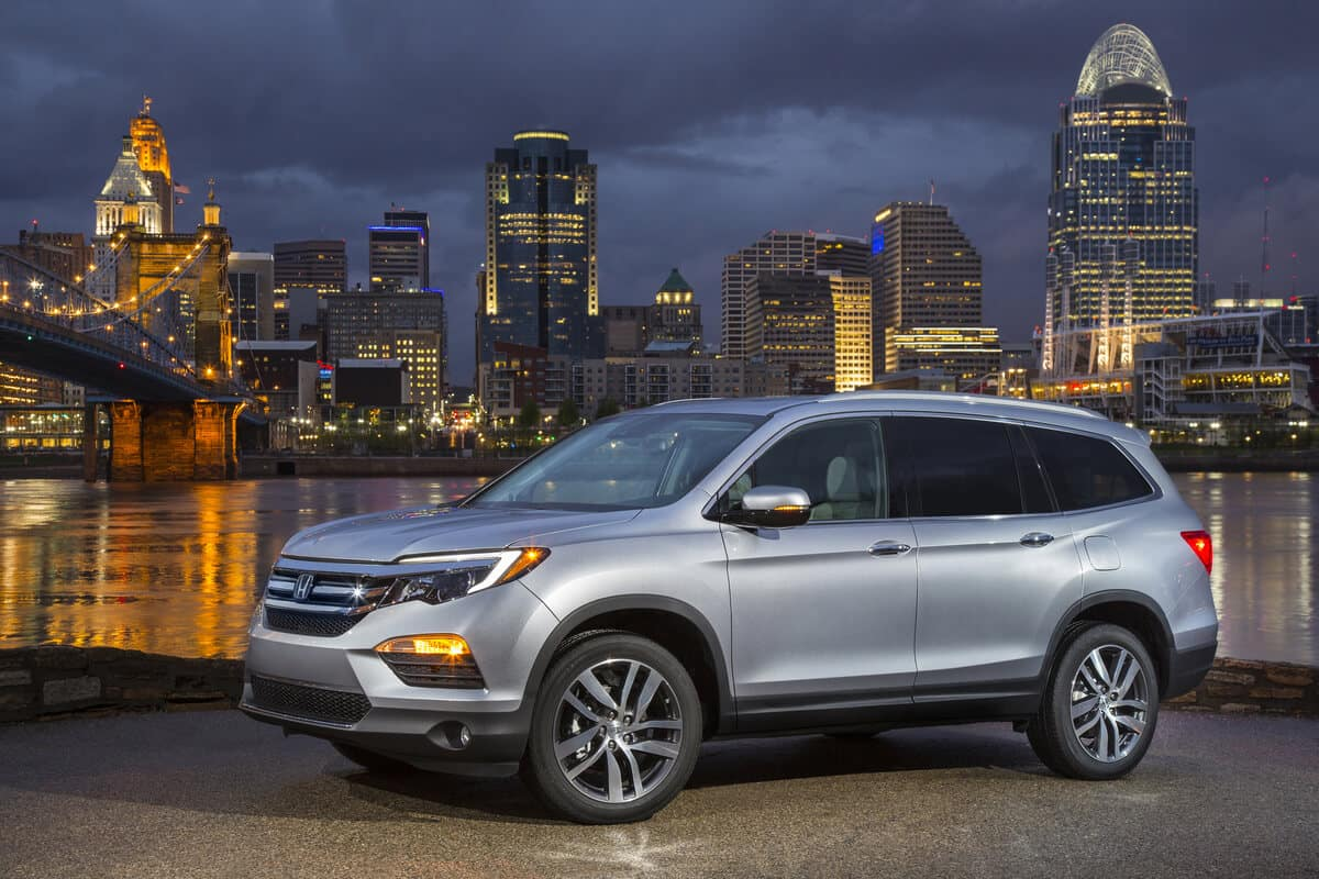 2019 Honda Pilot with city skyline in background