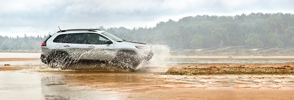 2017 Jeep Cherokee driving through water