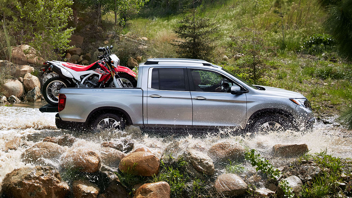 2017 Honda Ridgeline splashing through river