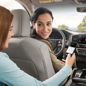 Family using Honda App in 2019 Honda Pilot